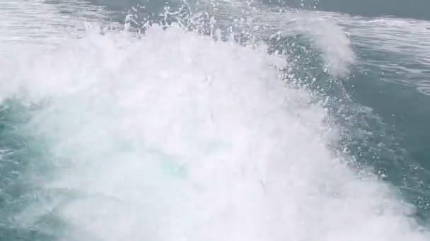Modrý oceán mořská voda vlna s rychlou jachtu člunu probudit pěnové mytí vrtule. Detailní záběr