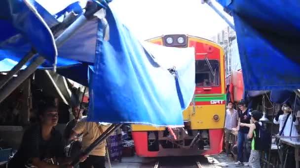 Maeklong, Thajsko - 21. března 2018: Mae Klong železniční trh, trh Rom Hoop, provincie Samut Songkhram, běžně nazývaný Siang Tai, riskuje život, vlak místní trh poblíž Bangkok, Thajsko