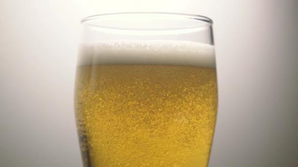 Světlé pivo pěna super zpomaleně