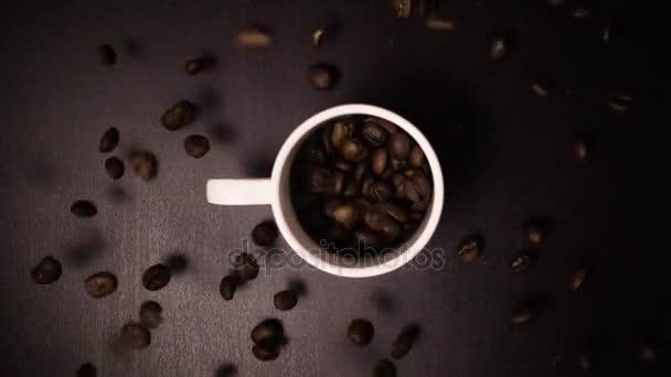 geröstete Kaffeebohnen fallen in Zeitlupe