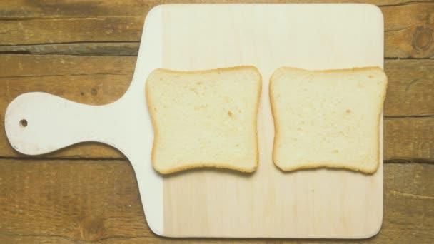 Sendvič se slaninou a míchaná vejce na toastu. Čas kola