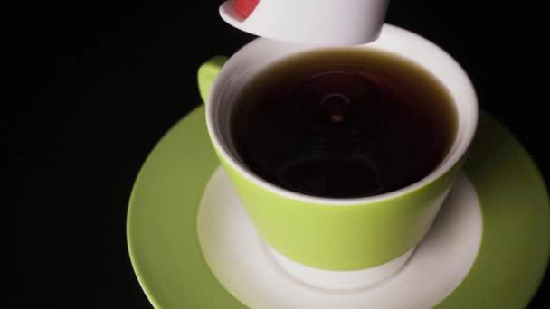 Zpomalený pohyb. Cukr nahradit v tabletách spadá do čaje