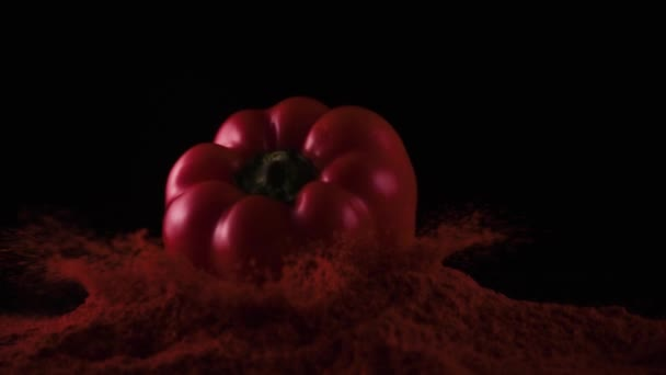 Paprika pepř připadá na stůl s pepř prášek, pomalé mo