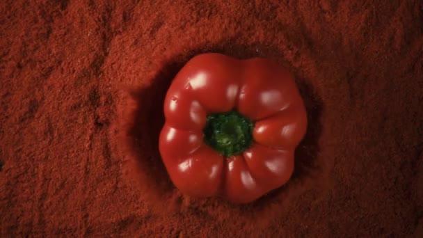 Červená paprika pepř kapky na pepř prášek, Zpomalený pohyb, pohled shora