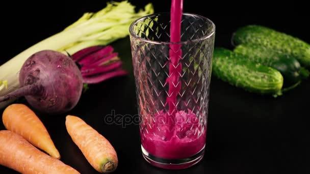 Šťáva z čerstvé zeleniny, mrkev, celer, řepa a okurky. Vysoká rychlost