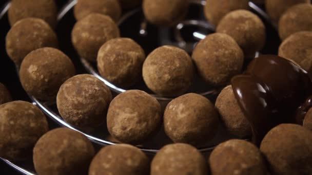 Čokoládové lanýže nalít s tmavou čokoládou. Pomalé mo