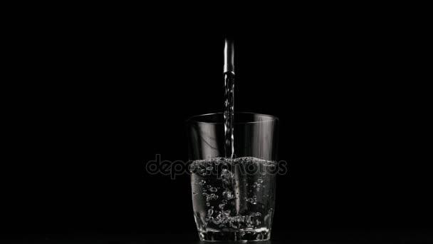 Čistá voda z kohoutku výplně sklo. Zpomalený pohyb