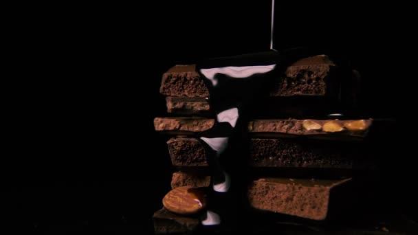 Pomalé mo. kapalná hořká čokoláda se nalije na hromadu čokolády.