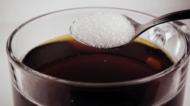 Cukr v lžíce se přelije do čaje. Pomalé mo