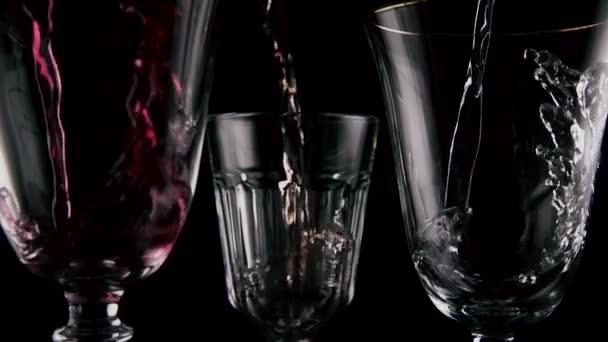 Zpomalený pohyb. Jiné víno nalijte do tří sklenic