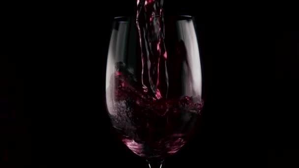 Pomalé mo. Dvě vína jsou smíchány ve skle.