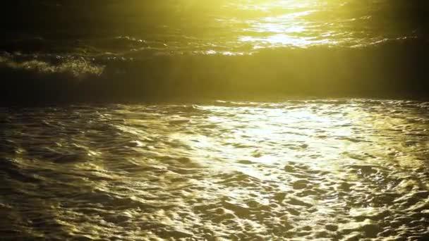 Lassú mozgás napfény a viharos tengeren és a hullám