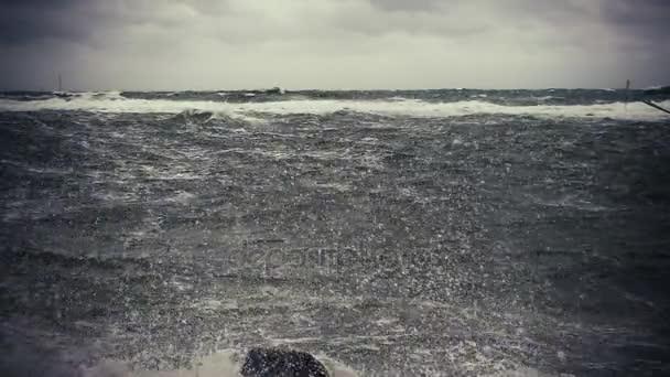 Pomalé mo krásná bouřka moře s majákem příznaky