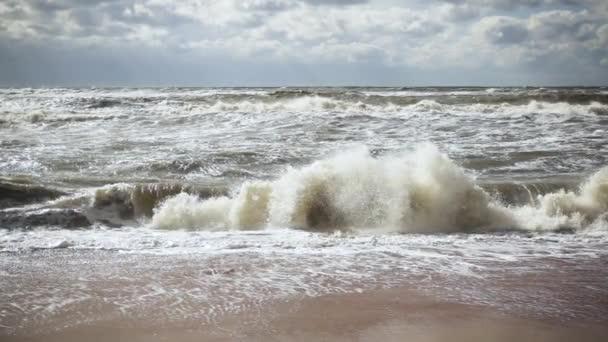 Ondas De Tormenta En El Mar Y En El Movimiento Lento De