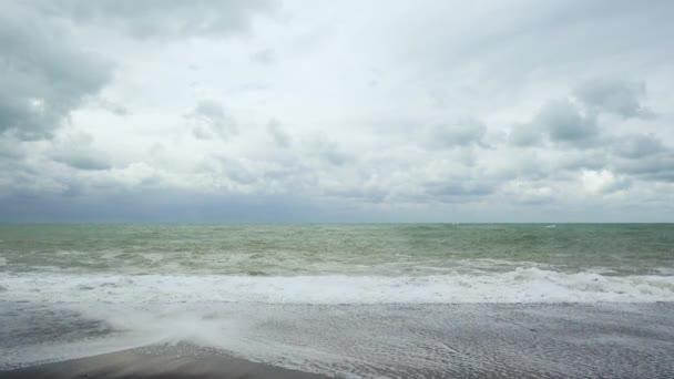 Zpěněná vlna projde oblázková pláž
