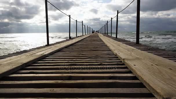 Dřevěné molo, které vybíhá do moře