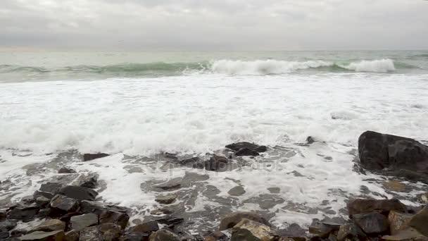 Vihar a tenger hulláma, mozog felé a kamera lassú mo