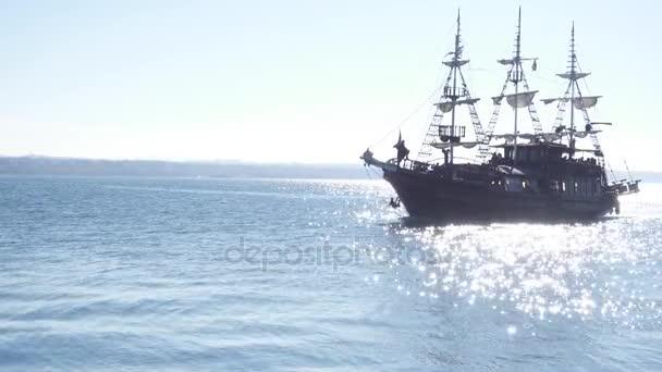 Turistické pirátská loď plachty po moři