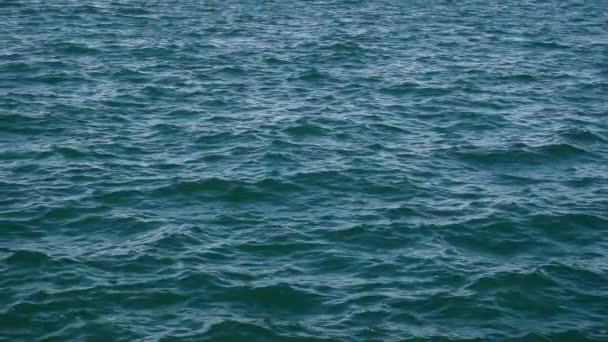 Na povrchu vody nabobtnat a zase z slow motion kamery