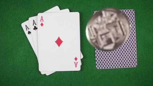 Zpomalený pohyb mince spadají na karty na zobrazení tabulky top