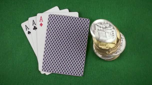 Mince a bitcoiny klesají vedle karty na stůl pohled shora pomalé mo