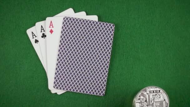Ruka sahá balíček mincí do tabulky na pomalý pohyb karty pohled shora