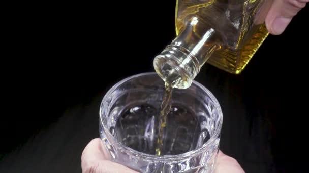 Ember szakadó whiskey, egy üveg-ból egy kancsó