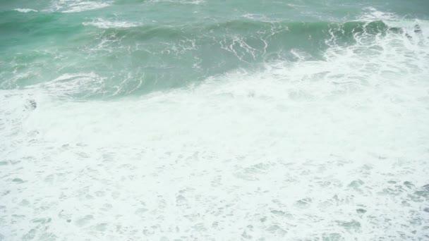 Zpomalený pohyb velkých zpěněná vlna v moři
