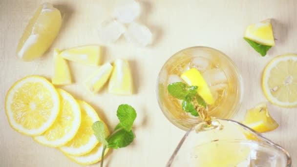 A tea a decanter öntsük egy üveg-lassú mozgás