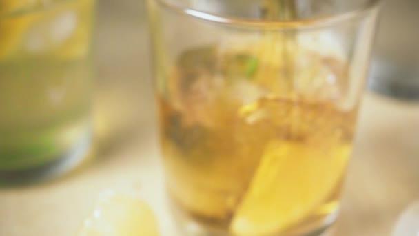 Zeitlupenkamera bewegt sich und Tee ergießt sich ins Glas