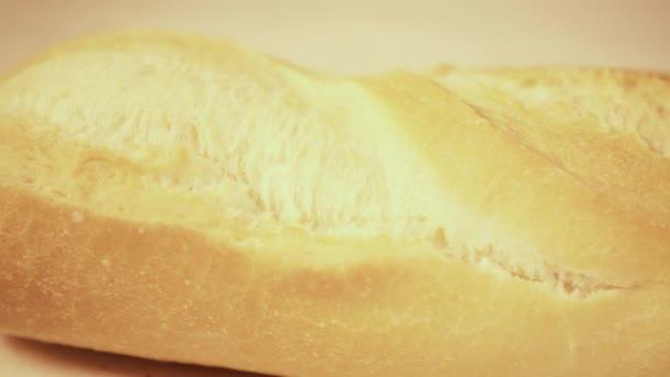 Chléb bageta na dřevěný stůl detail