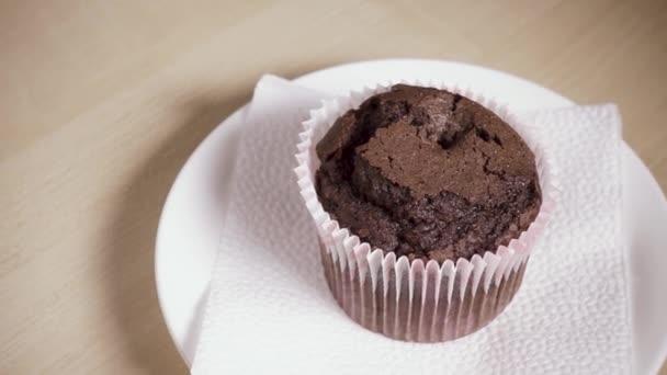 Zpomalený pohyb muffin na desku a naléval kávu do šálku