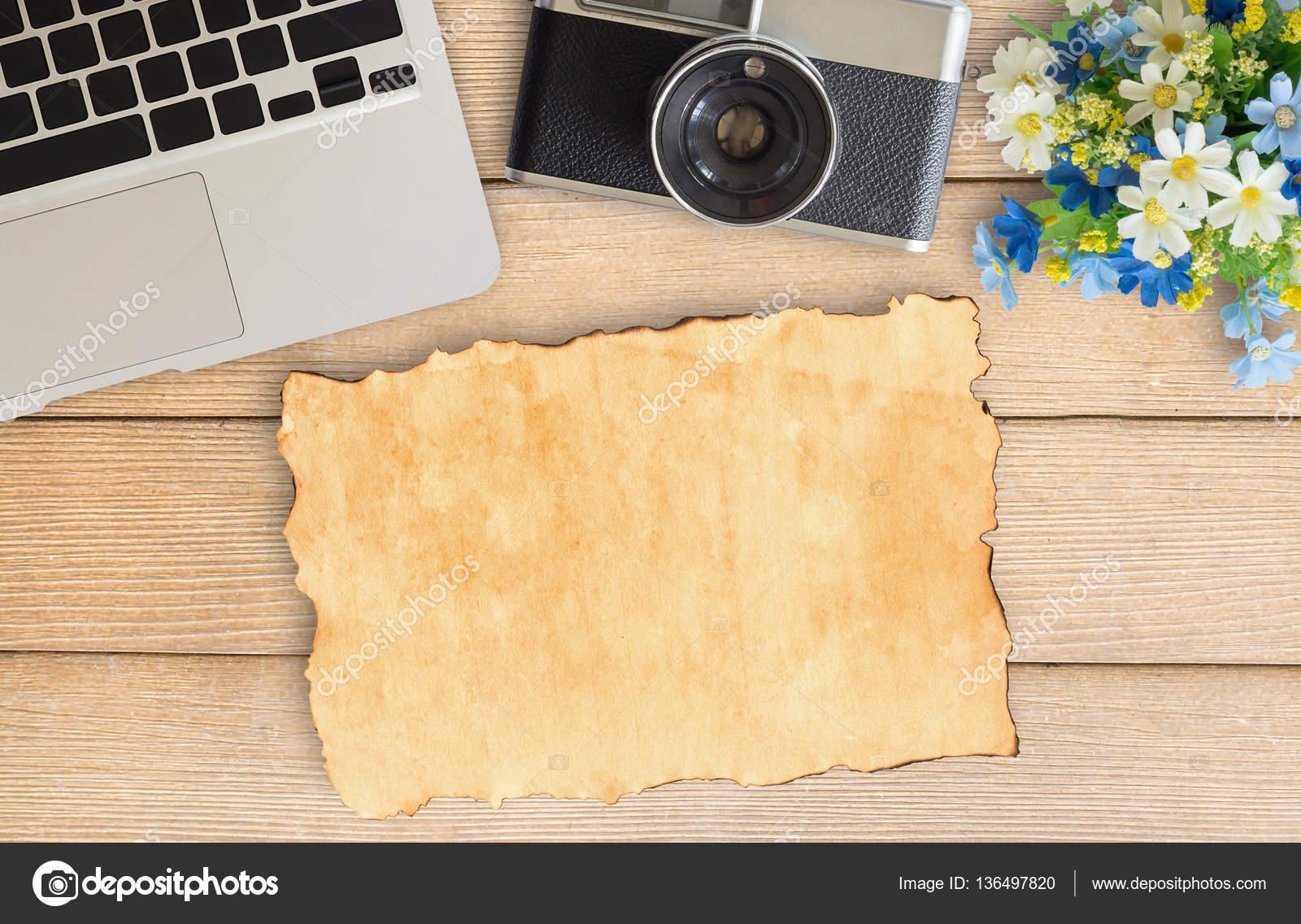 Kamera und Zubehör auf hölzernen Schreibtisch Bürotisch — Stockfoto ...