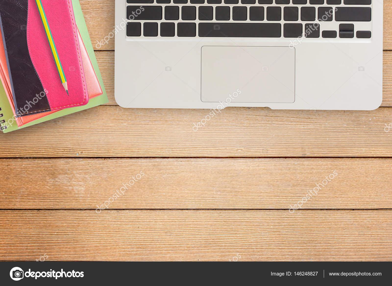 Tavolo Ufficio Legno : Notebook e laptop sul tavolo ufficio scrivania o legno u foto