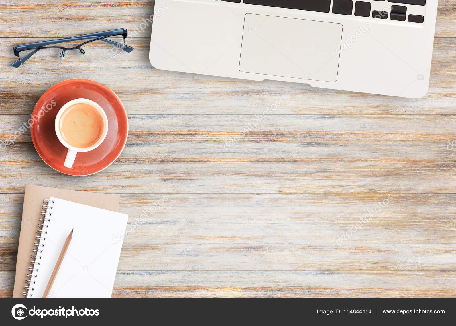Scrivania Ufficio In Legno : Tavolo scrivania ufficio di legno con un sacco di cose su di esso