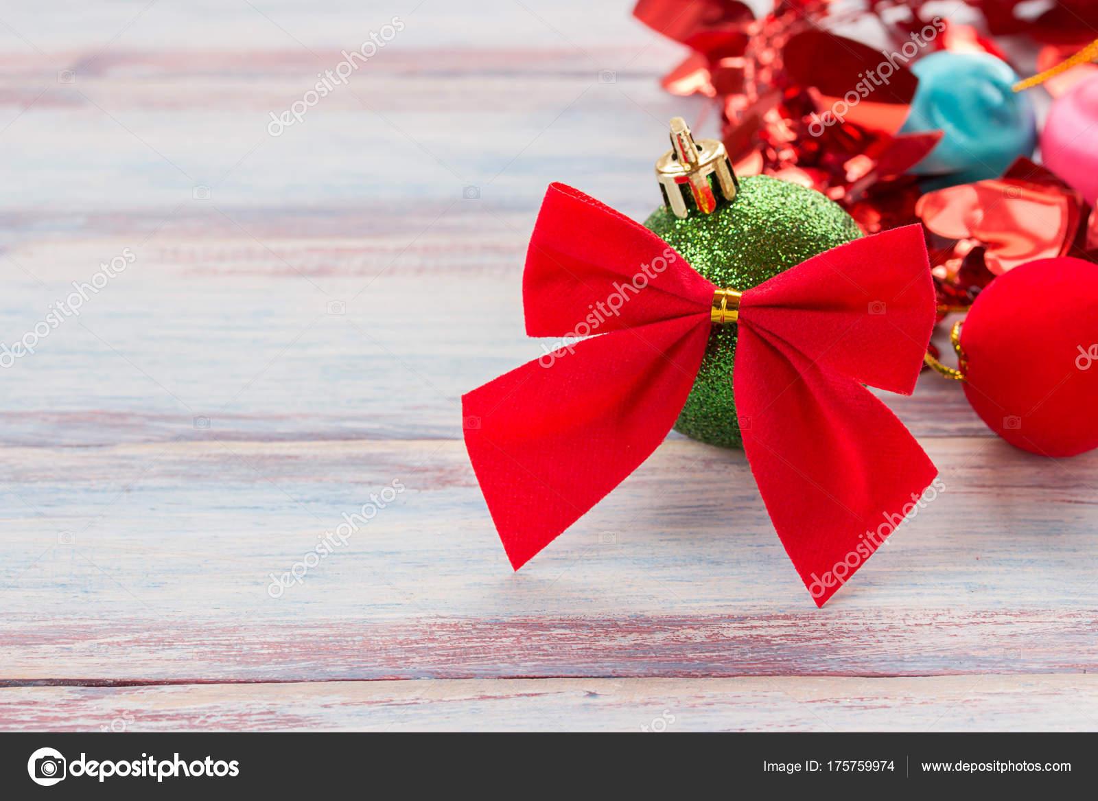 Kerstdecoraties Met Rood : Rood lint en kerstdecoratie op oude grunge houten tafel b