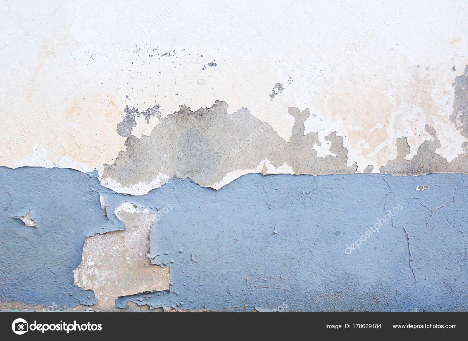 Parete Di Intonaco Scuro Con Sfondo Bianco Sporco Foto Stock