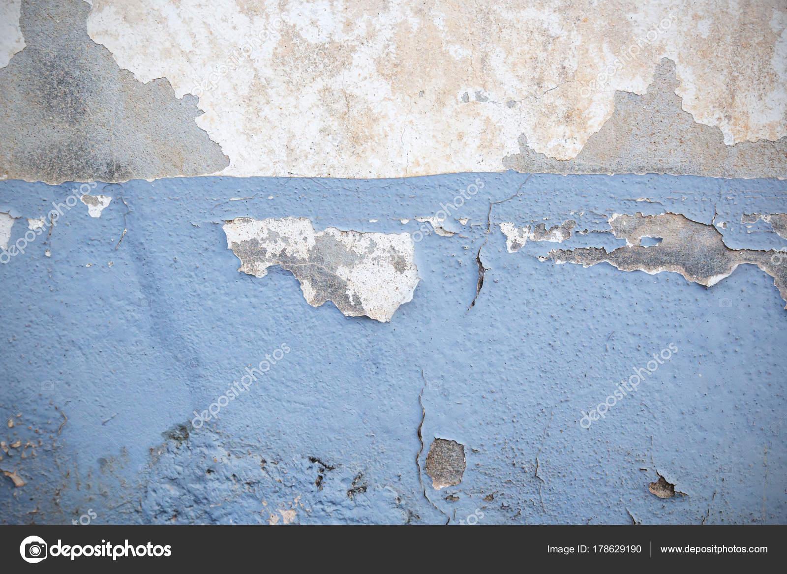 Carta Da Parati Su Muro Ruvido.Parete Di Intonaco Scuro Con Sfondo Bianco Sporco Foto Stock