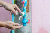 Uzavřené až kovové vodovodní kohoutek, který je ukončená pravou rukou