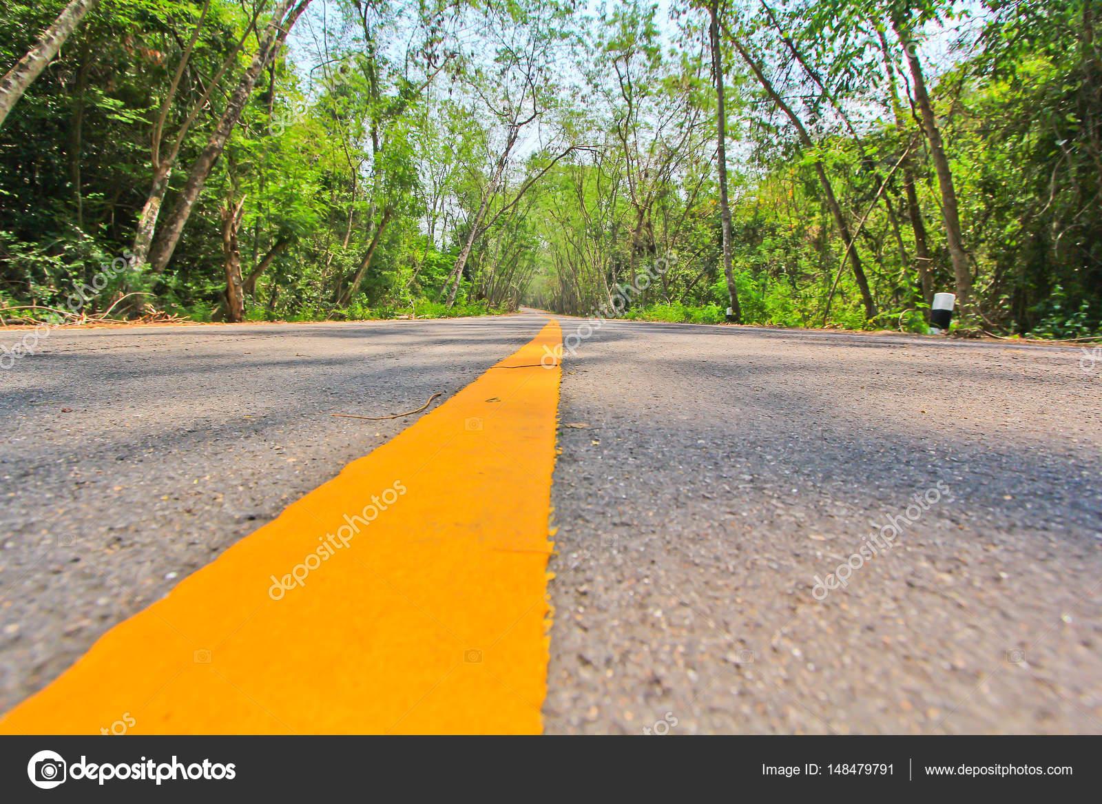 Marca de camino largo amarillo — Fotos de Stock