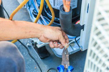 Technician install air conditioner