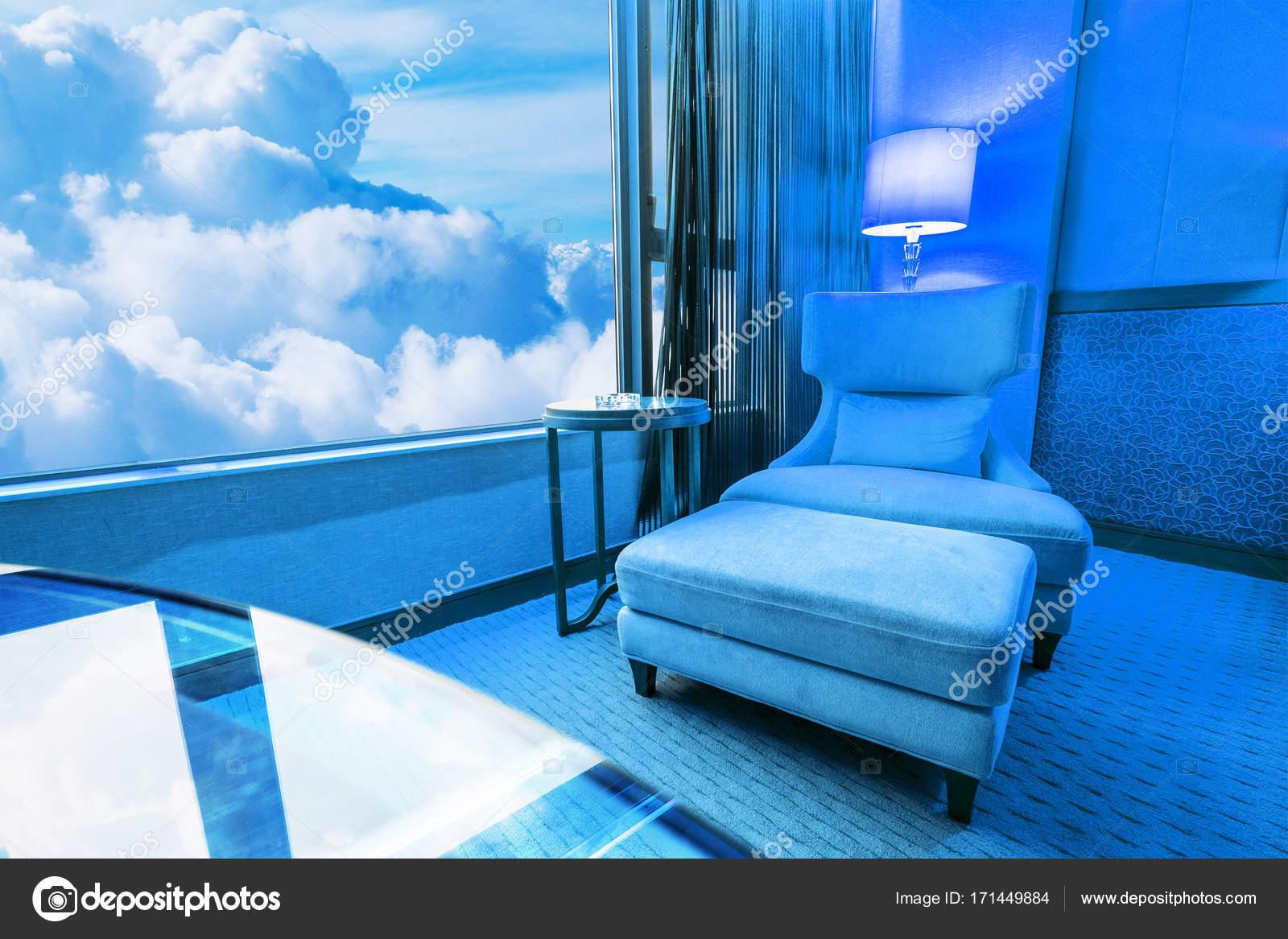 Blauwe kamer sofa in de woonkamer en de blauwe hemel u stockfoto