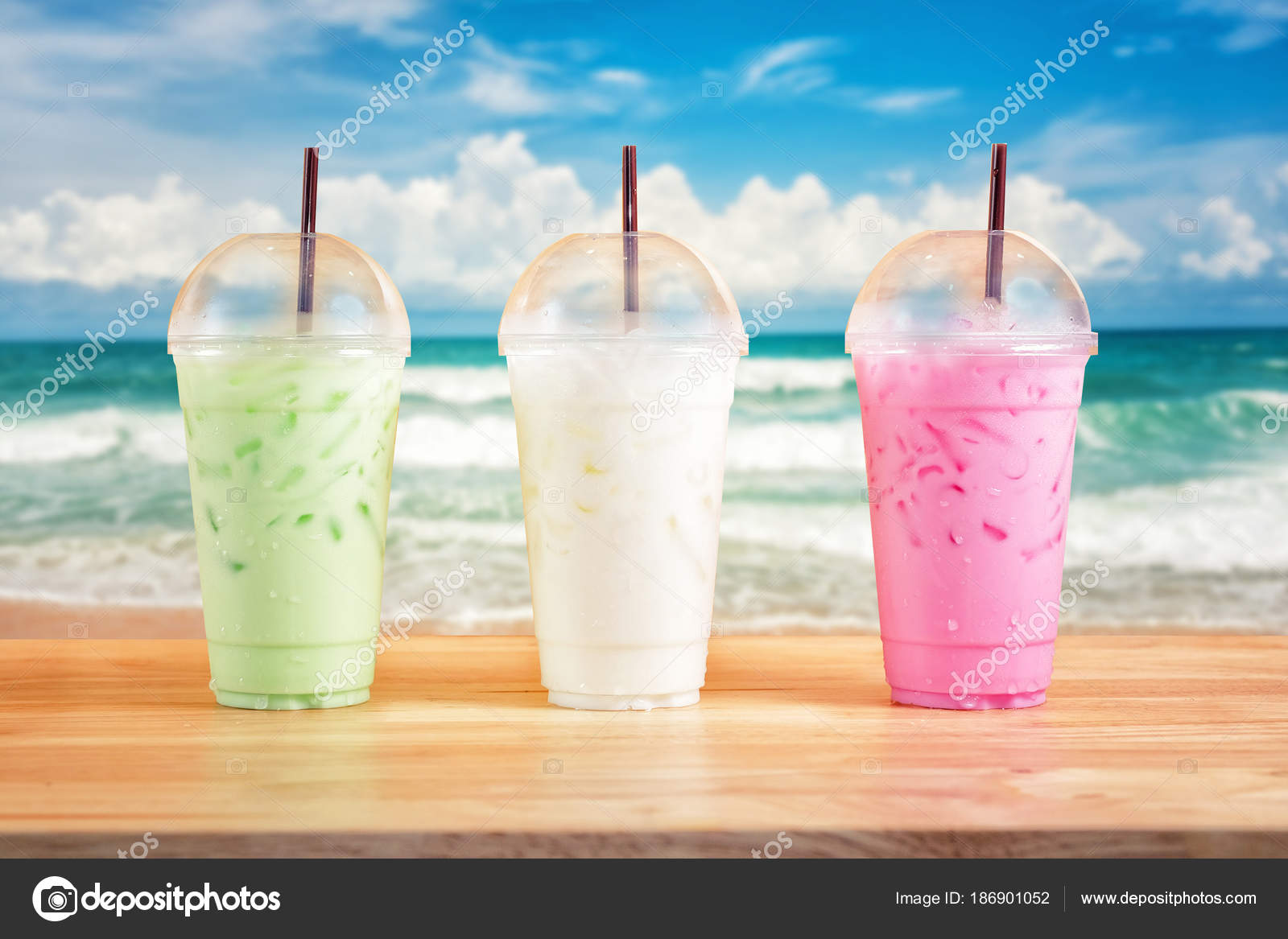 Bunte Milchgetränke auf Ozean-Hintergrund — Stockfoto © surasak ...