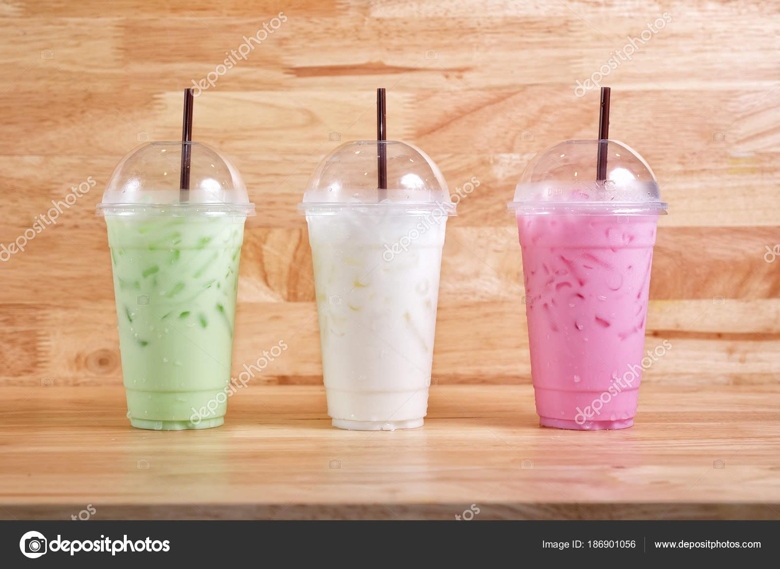 Bunte Milchgetränke auf Holz Hintergrund — Stockfoto © surasak ...