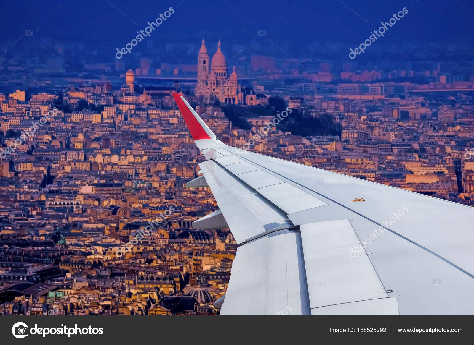 Paris-Stadtbild-Blick vom Flugzeugfenster — Stockfoto © surasak ...