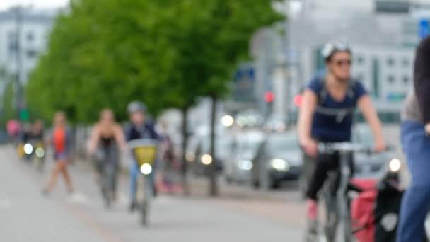 Cyklisté se pohybují na cyklostezce, silniční dopravě