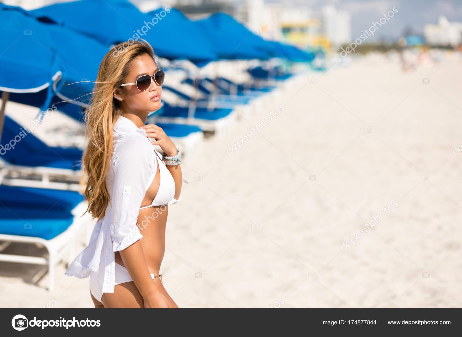 2c6a03c1878 Όμορφη γυναίκα της Ασίας σέξι μπικίνι πάνω φόντο παραλία θέρετρο ...