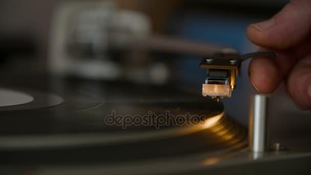 Spinning lemezjátszó. Audio tű meg kézzel játszani fekete bakelit