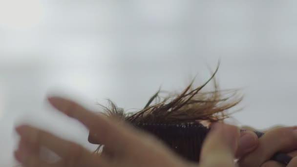 Mužské kadeřník česání ženské bruneta mokré vlasy zpomalené