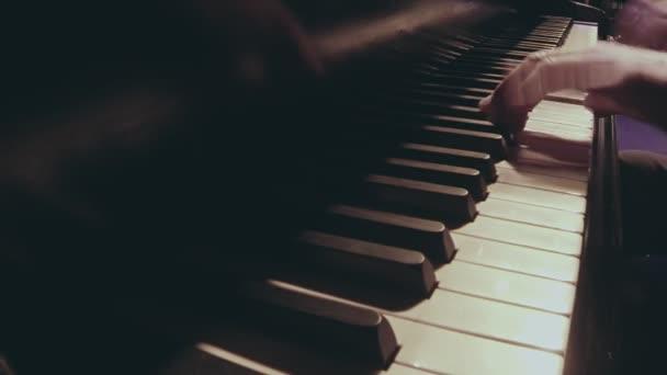 Felnőtt kaukázusi férfi kezét játék tangó zene a zongorán. Részlet lövés.